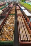 Containers en auto's bij de spoorwegpost royalty-vrije stock afbeelding