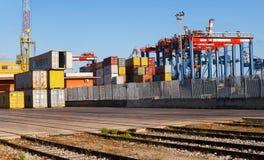 Containers en kranen in de commerciële haven Stock Afbeeldingen