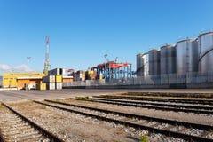 Containers, kranen en silo's binnen de commerciële haven Royalty-vrije Stock Afbeeldingen