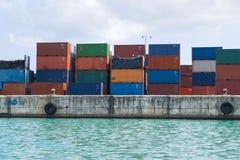 Containers op dok stock afbeeldingen