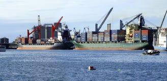 Containers op een schip Stock Afbeeldingen