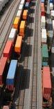 Containers op sporen stock afbeelding