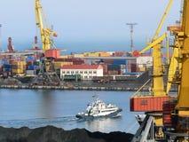 Containers in stapels bij haven (Odesa, de Oekraïne) Royalty-vrije Stock Foto's