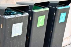 Containers voor Afzonderlijke Afvalinzameling Vertaling: stock afbeeldingen