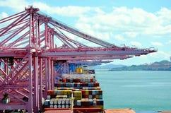 Containerschepen binnen in haven van Busan, Zuid-Korea royalty-vrije stock afbeeldingen