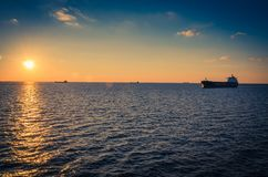 Containerschepen in de Golf van Riga en Oostzee bij zonsondergang, La stock foto's