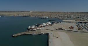 Containerschepen - vast in de haven van Bautino Kazachstan op de kusten van het Kaspische Overzees Het laden en het leegmaken stock fotografie
