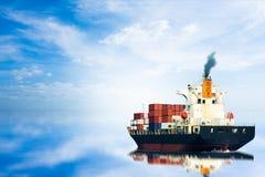 Containerschiff auf blauem Himmel Stockbild