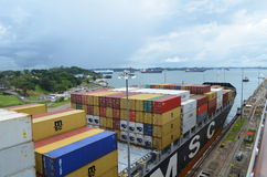 Containerschiff auf dem Panamakanal Lizenzfreie Stockfotos