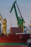 Containerschiff auf Dock Stockfoto