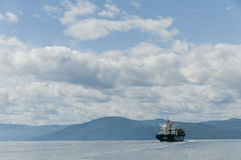 Containerschiff auf einem schönen blauen Himmel Lizenzfreies Stockfoto