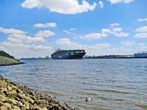 Containerschiff auf Fluss Elbe, Hamburg Stockbilder