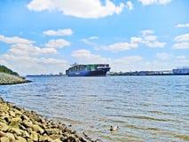 Containerschiff auf Fluss Elbe, Hamburg Stockfotos