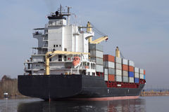 Containerschiff auf Kiel-Kanal stockfotos