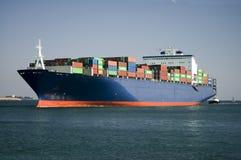 Containerschiff betritt Hafen lizenzfreie stockfotografie