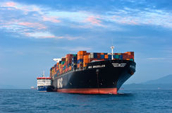Containerschiff Bunkering-Tanker Zaliv Amerika MSC Brüssel Primorsky Krai Ost (Japan-) Meer 05 08 2015 Stockfotografie