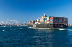 Containerschiff, das Bosphorus kommt Lizenzfreie Stockbilder