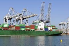 Containerschiff, das in den Hafen aus dem Programm nimmt lizenzfreie stockbilder