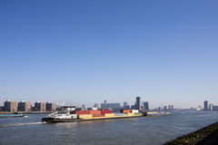 Containerschiff, das ein Containerschiff drückt Stockbild