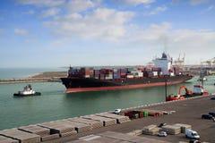 Containerschiff, das Kanal verlässt Stockbilder