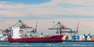 Containerschiff, das Kräne in Rotterdam-Hafen führt Stockfotografie