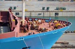 Containerschiff, das Trockendock verl?sst lizenzfreie stockfotos