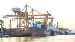 Containerschiff, das vom portin verlässt stockbild