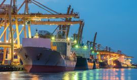 Containerschiff, das vom portin verlässt lizenzfreie stockfotografie