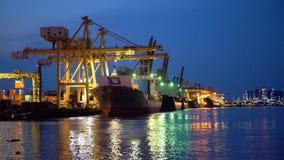 Containerschiff, das vom portin verlässt lizenzfreie stockbilder