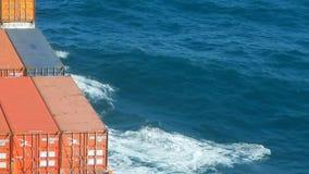 Containerschiff, das Wellen macht stock footage