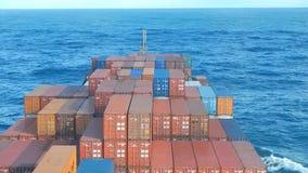 Containerschiff, das Wellen macht stock video