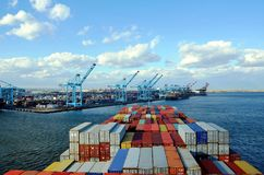 Containerschiff, das zum Containerbahnhof in Newark ankommt lizenzfreies stockfoto