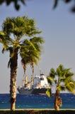 Containerschiff in den Straßen Lizenzfreies Stockfoto