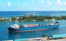 Containerschiff in der Wasser-Strasse Stockfoto