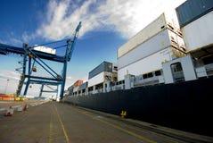 Containerschiff festgemacht im Hafen Lizenzfreies Stockfoto