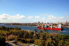 Containerschiff in Havana, Kuba Lizenzfreie Stockfotos