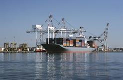 Containerschiff im Dock Melbourne Australien lizenzfreies stockfoto