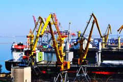 Containerschiff im Export und Importgeschäft und Logistik stockbild