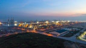 Containerschiff im Export und Importgeschäft und Logistik Lieferung stockfotos