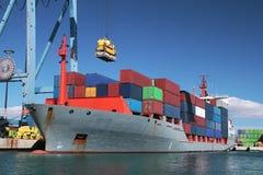 Containerschiff im Hafen Stockfoto