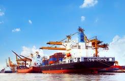 Containerschiff im Hafenfrachtdock mit Pierkran-Werkzeuggebrauch für Stockfoto