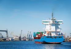 Containerschiff im Kanal stockfoto