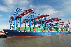 Containerschiff im Kanal stockfotografie