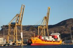 Containerschiff im Kanal stockbild