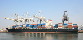 Containerschiff im Kanal Lizenzfreie Stockfotografie