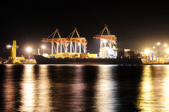 Containerschiff im Kanal nachts Lizenzfreies Stockbild