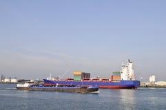Containerschiff im Kanal von Rotterdam Stockbild