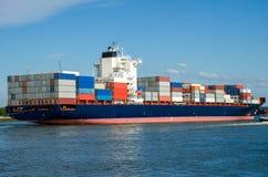 Containerschiff im Kanal von Rotterdam lizenzfreie stockfotografie