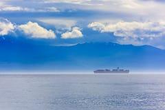 Containerschiff im Nebel Stockfoto
