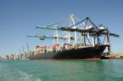 Containerschiff am industriellen Kanal Lizenzfreie Stockfotos